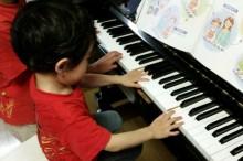 ピアノを弾く子ども