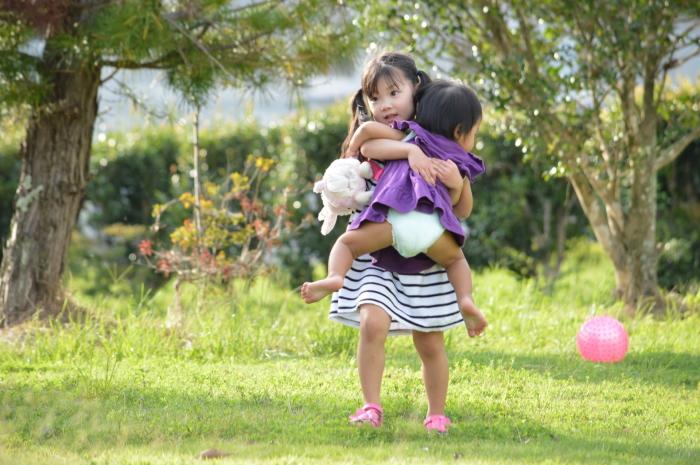 幼い子どもに好かれる女の子