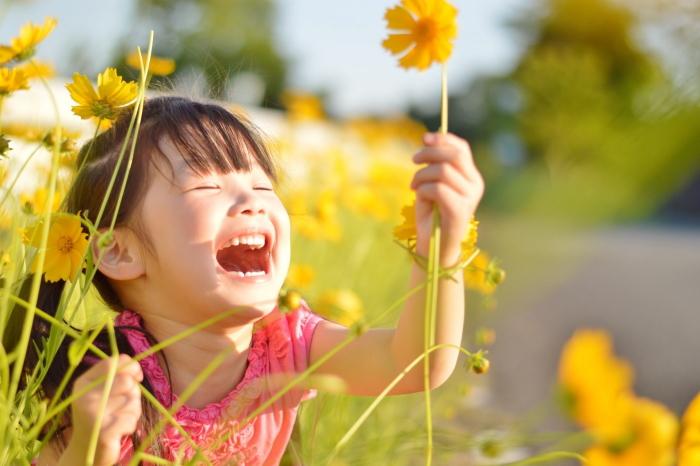 お花に話しかける感受性豊かな女の子
