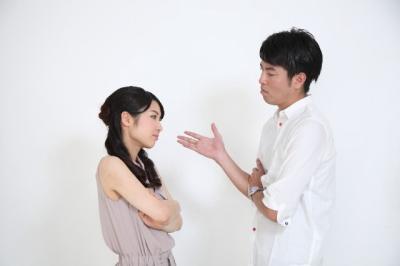 言い争いをする夫婦