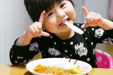 幼児食を食べる子ども