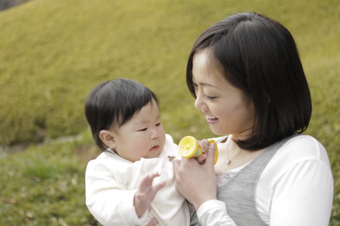言葉を学ぶ赤ちゃん