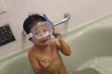 お風呂で遊ぶ子供