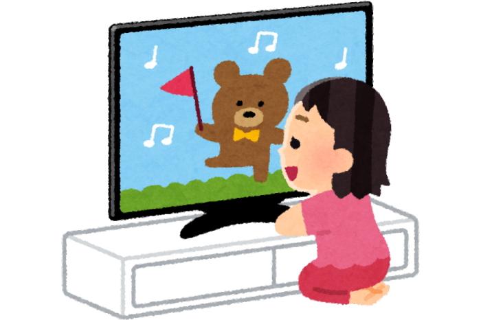 テレビを近くで見ている子供
