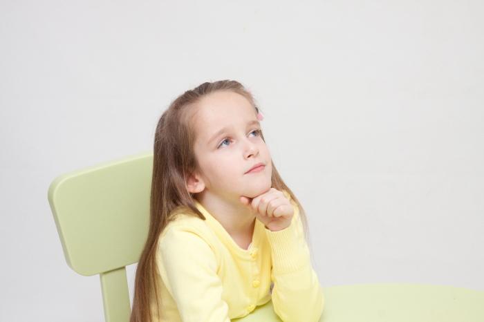 考え事をしている子供