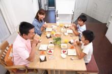 朝食を摂る親子