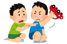 おもちゃの取り合いをする子供達