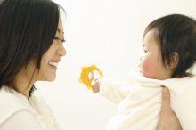 ガラガラで赤ちゃんの手先を使わせる親