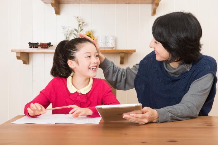 子供とコミュニケーションを取る親