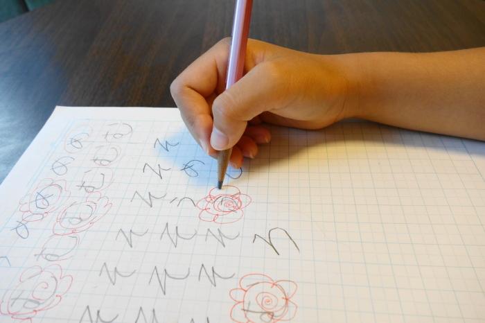 正しい鉛筆の持ち方で字を書く
