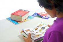 集中して本を読む子供