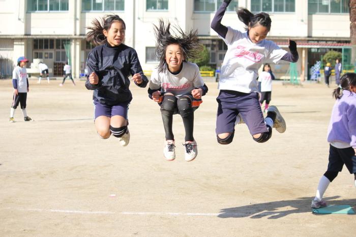 集団で遊ぶ子供
