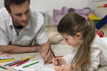 塗り絵をする親子