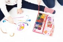 絵の具で色塗りする子供