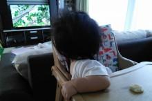 テレビを強制注する赤ちゃん