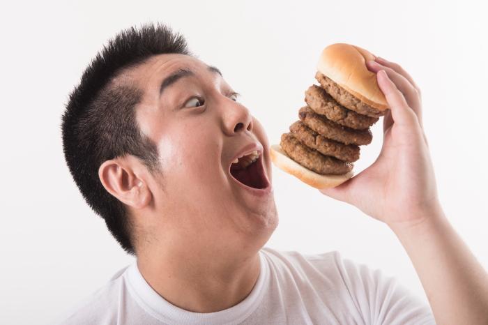 脂質豊富な食品を食べる男性