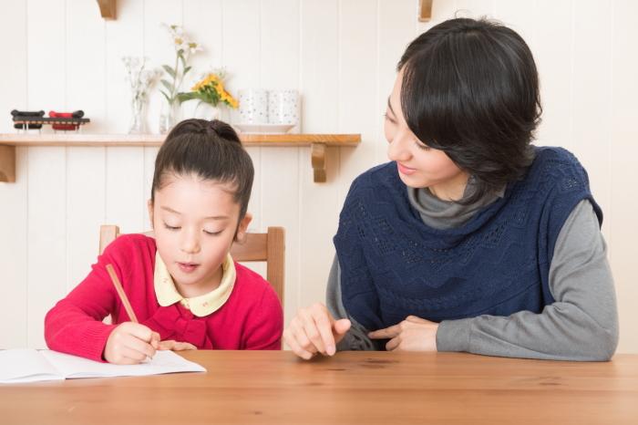 娘の勉強を見るお母さん