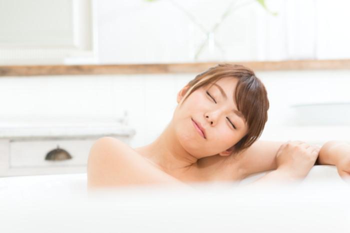 朝風呂に入る女性