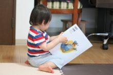 絵本を読む子供