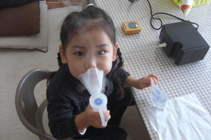 喘息の治療をする子供