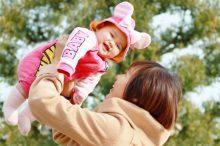 乳幼児と遊ぶ母親