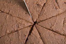 ケーキを切り分ける