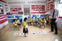 英会話教室に通う子供たち