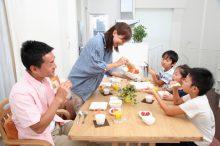 親子で食事をしながら会話