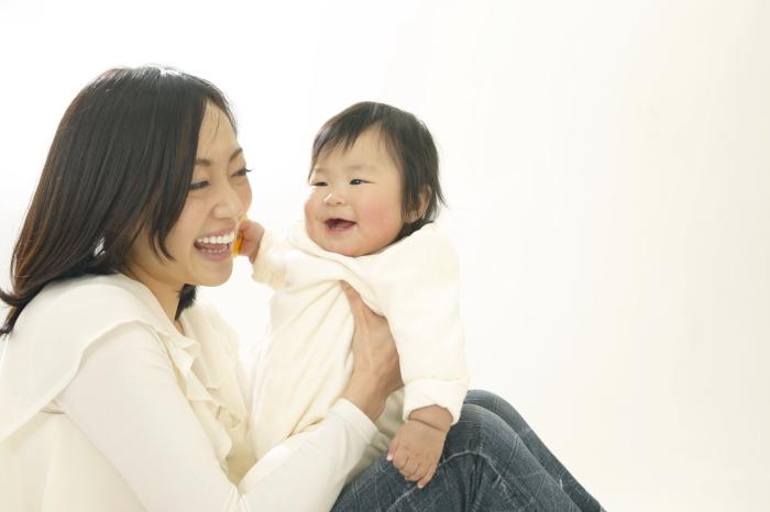 赤ちゃんに微笑むお母さん