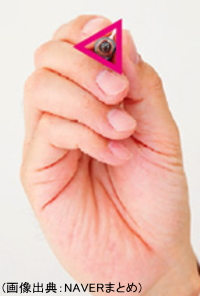 親指・人差し指・中指で三角形を作って鉛筆を持つ