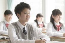 塾で勉強する高校生