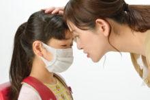 風邪をひいた子供と心配する母