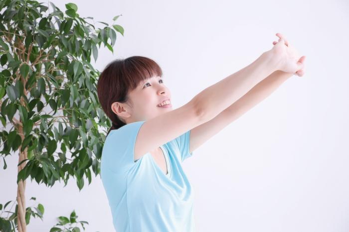 ストレッチ運動で風邪予防する女性