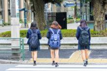 通学する女子校生