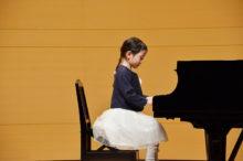ピアノの目標達成に向け練習する子供