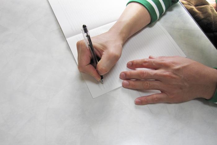 文章を書いている男性