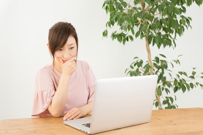 メールを作成する女性