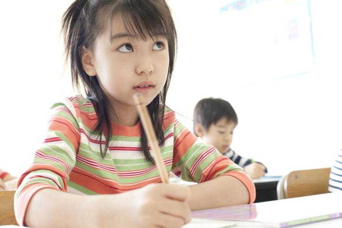 中学受験塾で勉強する小学生