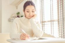 文章を書く女性