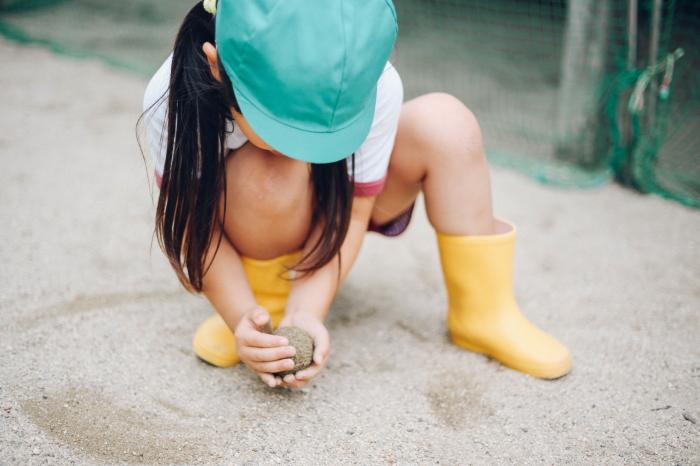 砂遊びをする子供