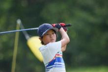 習い事でゴルフをする子供
